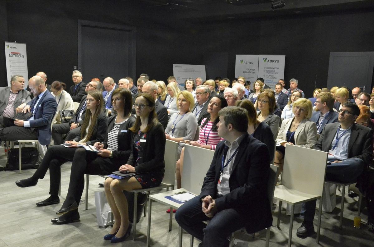 Uczestnicy słuchają referatu Grzegorza Cyby z firmy Infraster.